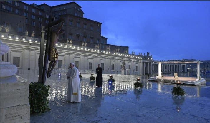 oracion papa en plaza san pedro min