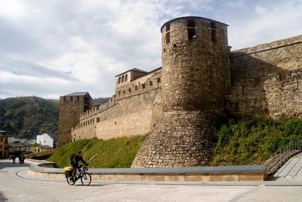 Castillo de Ponferrada murallas GaliWonders